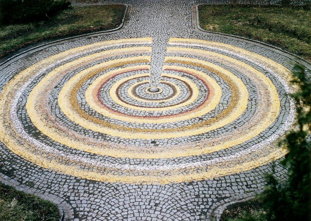 Joc secund 2, instalatie cu simburi si seminte, diametru 9 metri, Muzeul de arta Cluj, 2003 .
