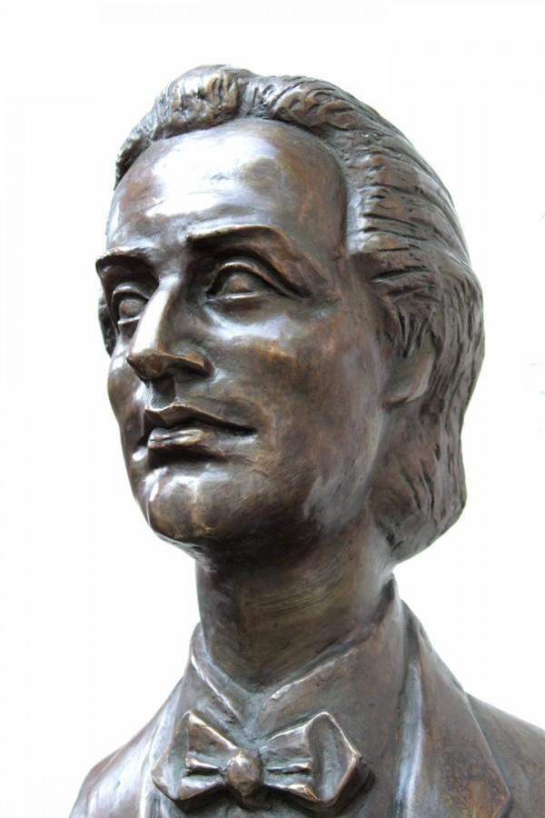 Mihai Eminescu detaliu - 80x35x45 cm, bronz ceara pierduta, 2011 .