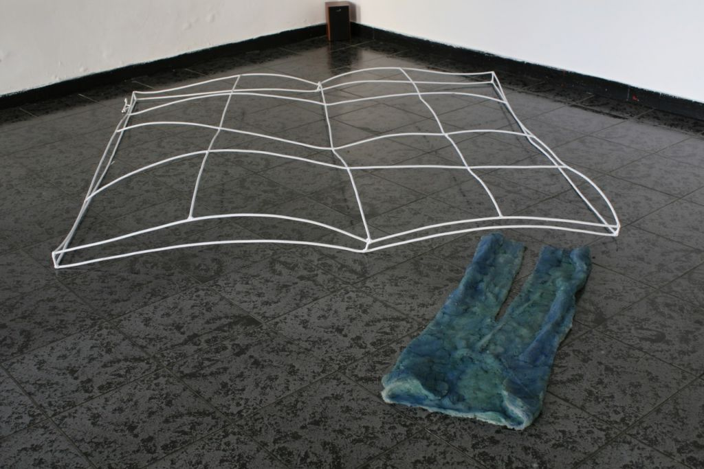 Mihai Verestiuc, Evolution pillow  V, 2008, fier sudat, silicon, 200x 190 x 30 cm, 110x30x6 cm .