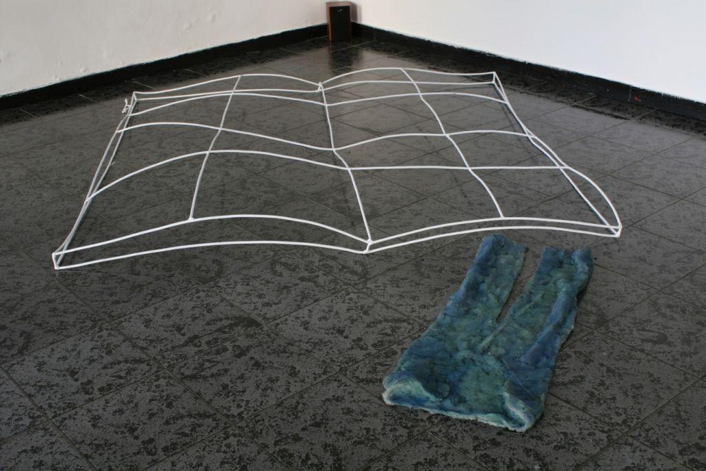 Mihai Verestiuc, Evolution pillow  V, 2008, fier sudat, silicon, 200x 190 x 30 cm, 110x30x6 cm .
